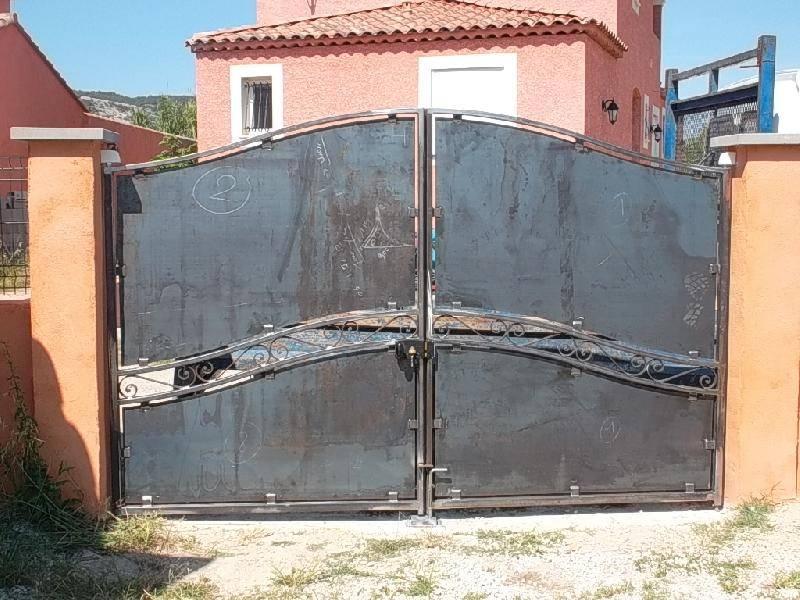 Portail de style contemporain avec volutes forg r alis for Petit portail fer