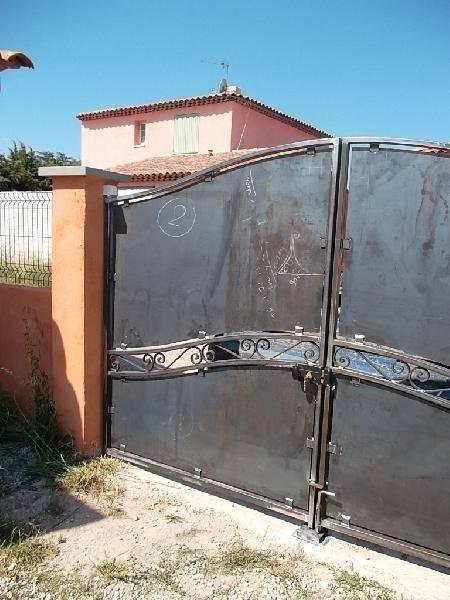 Portail de style contemporain avec volutes forg r alis for Petit portail en fer forge