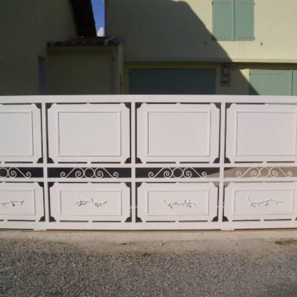 Fabrication de portail en fer forg sur aix en provence for Petit portail fer forge